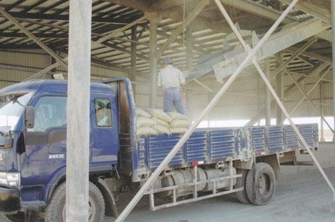 工人正在装水泥